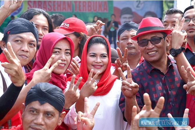 SERBA 2 : Cawagub Puti Guntur Soekarno dan Cabup Syahri Mulyo bersama warga Tulungagung. Puti juga mengampanyekan Jokowi 2 periode.
