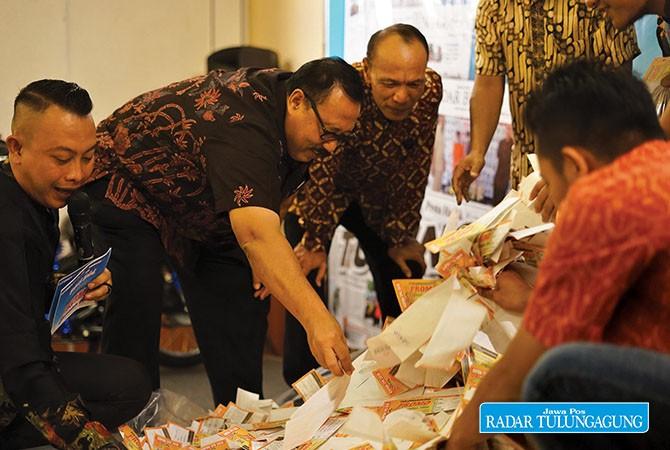 SEMANGAT : Asisten Sekda Pemkab Tulungagung Arif Budiono didampingi Kapolsek Tulungagung Kompol Mukalam saat mengundi hadiah utama TPR.