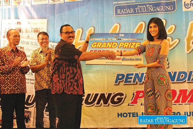 SIMBOLIS : Asisten Sekda Pemkab Tulungagung, Arif Budiono memberikan hadiah utama sepeda motor kepada pemenang yang diwakili Marketing Executive Apollo Supermall Tulungagung, Christiana Wijaya.