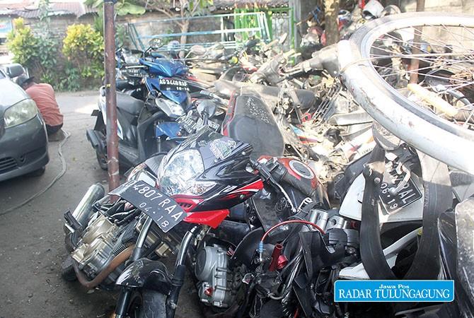 RUSAK PARAH : Kendaraan roda dua yang mengalami kecelakaan diamankan di gudang Satlantas Polres Tulungagung di Desa Ketanon, Kecamatan Kedungwaru.