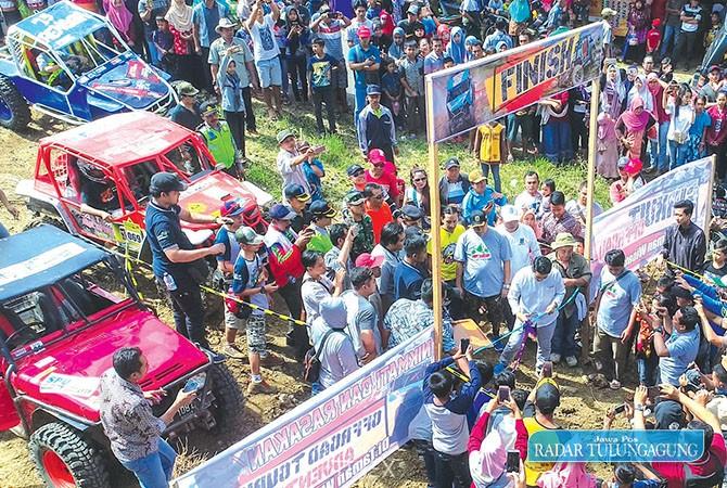MENANTANG: Ratusan jip memenuhi area Gua Ngerit di Desa Senden, Kecamatan Kampak, pada Minggu (8/7) lalu.