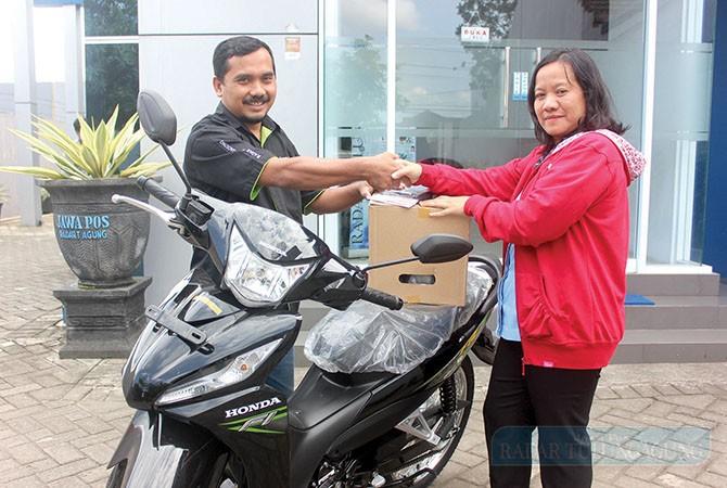 SEMRINGAH: Yuliana Sri Palupi menerima secara simbolis hadiah utama sepeda motor pada Rabu (4/7) lalu.