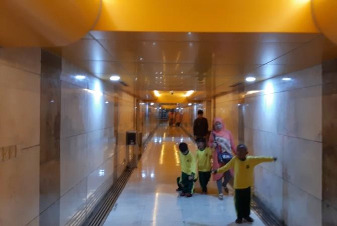 LORONG MASUK : Anak-anak tampak berjalan di terowongan untuk akses menuju bangunan utama Tugu Monas.