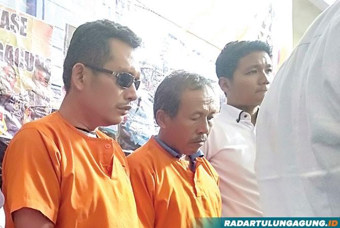 KAPOK: Jarni (pakai kacamata) dan Joko Dwi Susanto saat rilis pers di Polres Tulungagung, kemarin (9/10).