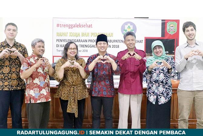 TARGET 2019 ODF: Wabup Trenggalek H Moch Nur Arifin bersama Ketua Forum Trenggalek Sehat Penny Mulyadi dan para narasumber saat rapat kerja dan pembinaan penyelenggaraan Program Kabupaten Sehat Tahun