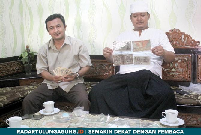PRIMPEN: Uang kertas dan uang koin yang ditunjukkan oleh Raden Ali Sodik (kanan) dan saudaranya, Maulana Rosid, yang ditata di meja ruang tamu, kemarin (19/10).