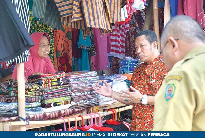 MENDENGARKAN : Ketua Komisi II DPRD Trenggalek bercakap-cakap dengan pedagang terdampak kebakaran pasar pon, kemarin (22/10).