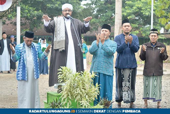 HARU: Syeh Kamal Baharmus dari Tarim Yaman ketika memimpin doa dalam upacara peringatan HSN.
