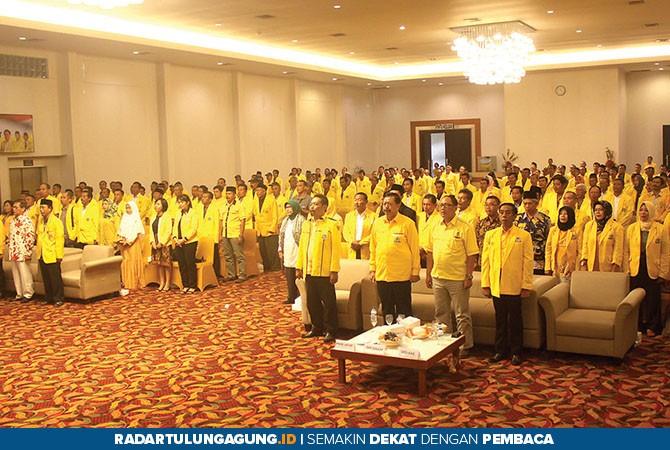 KHIDMAT: Sekitar 400 kader Golkar menyanyikan lagu Indonesia Raya saat kegiatan hendak dimulai, kemarin (28/10).