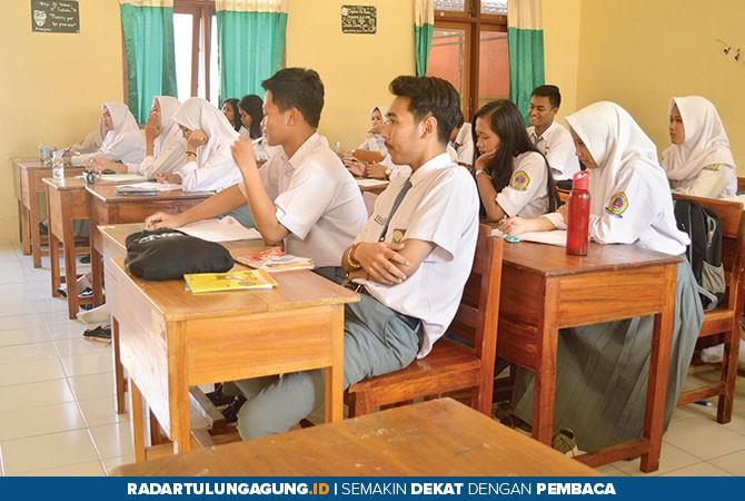 ANTUSIAS: Sejumlah siswa ketika mengikuti KBM di SMAN 1 Tulungagung.