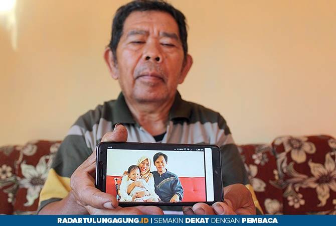 MIMPI PEGANG AYAM: Maskur Al Puguh Riyanto menunjukkan foto Tri Hazka Hafidzi yang semasa hidup.