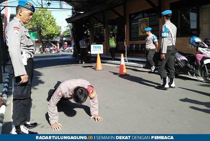 KENA SANKSI: Anggota disanksi push up oleh petugas provost karena melanggar disiplin karena tidak mengenakan atribut lengkap di Polres Blitar Kota kemarin (31/10).