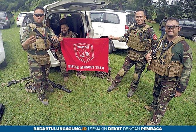 GANDRUNG HOBI: Para anggota komunitas replika senjata pada salah satu event.