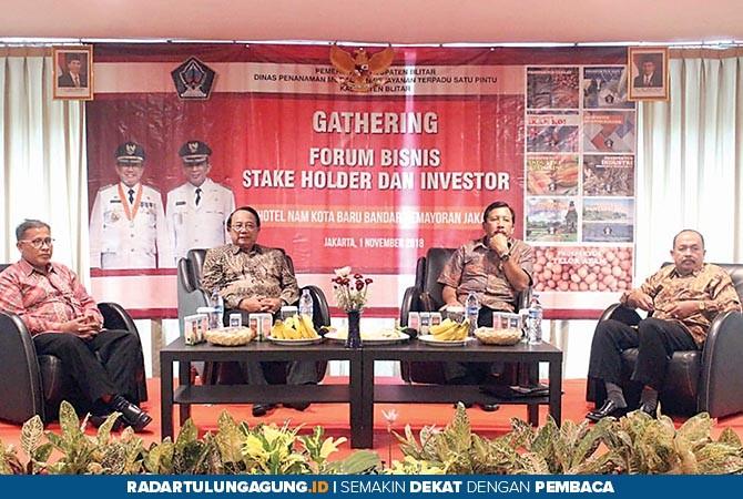 KENALKAN POTENSI: Bupati Rijanto (dua dari kanan) saat hadir dalam forum pertemuan dengan calon investor di Jakarta.