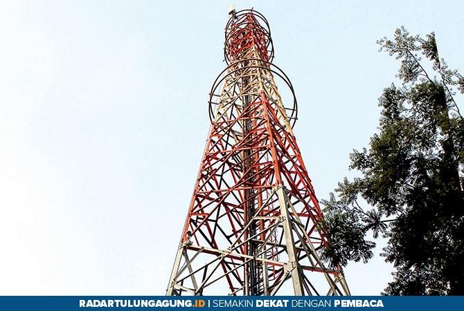 VITAL: Salah satu tower telekomunikasi di Kecamatan Kanigoro. Tahun depan tower telekomunikasi mulai diperdakan.