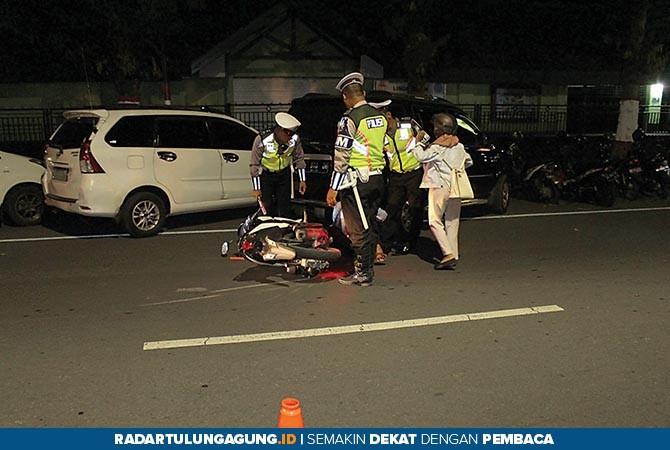 KARENA GUGUP: Searah jarum jam, pengendara motor Honda Vario P 6364 NA gugup ketika berhadapan dengan polisi hingga akhirnya nyaris menabrak. Polisi langsung menggelandang guna diperiksa kelengkapan suratnya.