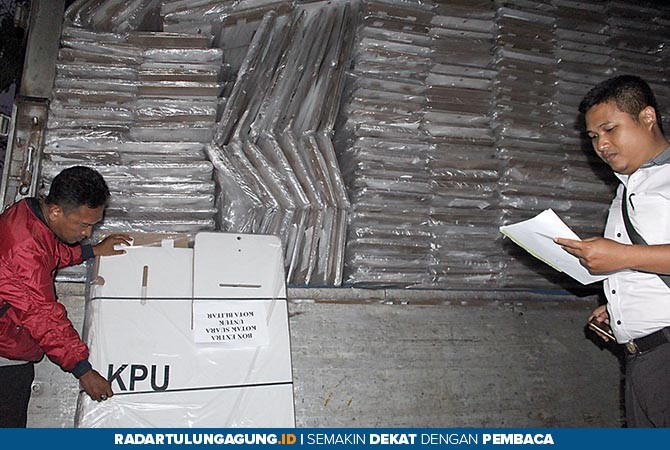 MODEL BARU: Ribuan kotak suara kardus yang belum dilipat tiba pada Kamis sore kemarin (1/11).