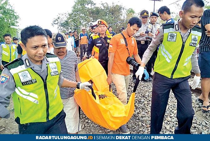NAHAS: Petugas mengeavakuasi jasad Sanyoto dan diangkut ke RSUD Ngudi Waluyo Wlingi, kemarin (4/11).