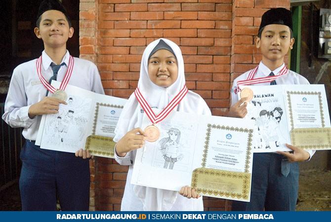 GEMILANG: (Dari kiri) Fathan, Nisrina, dan Abdul, menunjukkan medali dan sampul komik karya mereka.