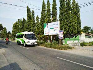Alat Peraga Kampanye Caleg Terpasang di Pagar Madrasah