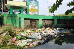 Bau Sampah yang Tersangkut Jembatan Dikeluhkan Warga Rejoagung