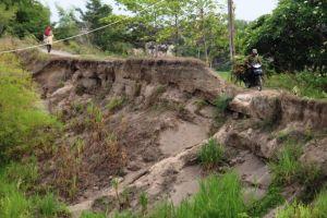 Tanggul Sungai Konto di Bandar Kedungmulyo Semakin Tipis