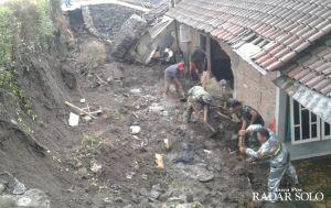 Hujan Angin, Satu Rumah Tertimpa Longsor