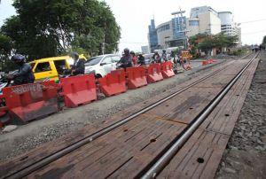 Akhirnya... Blok Rel di Jalan A Yani Terpasang, Barrier Segera Dibuka