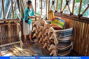 Cerita Sukatno dan Bibit, yang Tetap Lestarikan Anyaman Bambu