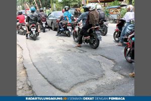 Duh, Aspal Jalan Protokol di Tulungagung Melorot