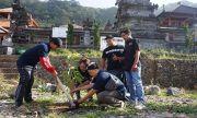 Peduli Lingkungan Pura, Satpam Astra Motor Bali Lakukan Aksi Sosial