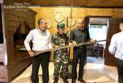 Jenderal Singapura Kepincut Keris Terpanjang di Banyuwangi