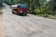 Kerusakan Jalan di Perbatasan Prigen-Trawas Bahayakan Pengguna Jalan