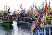 18 CJH dari Pulau Gili Ketapang Diantar dengan Puluhan Kapal Hias