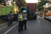 Sopir-Kernet Sama-Sama Ngantuk, Kontainer Tabrak Truk di Pajarakan