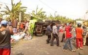 Kelebihan Muatan, Truk Konveksi Terguling, Dua Pengendara Terluka