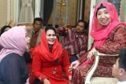 Puti Guntur Dihadiahi Kerudung Merah dan Doa Sesepuh Muslimat