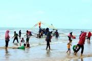 Pantai Lombang Jadi Favorit Wisatawan