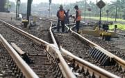 Merawat Jalur Kereta Api Demi Keselamatan Penumpang