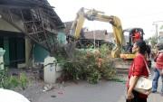 Lurah Hadang Eksekusi Rumah Warga Pakai Backhoe