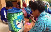 Tanamkan Budaya Cinta Kebersihan, Pelajar Ngecat Tong Sampah