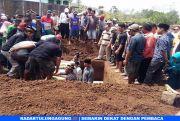 Jenazah Pasutri Korban Dugaan Pembunuhan Dimakamkan Satu Liang