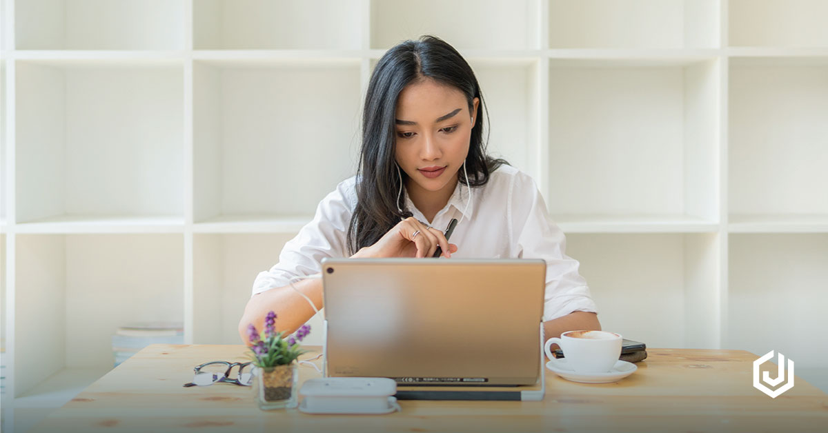 Image result for foto orang sedang main komputer