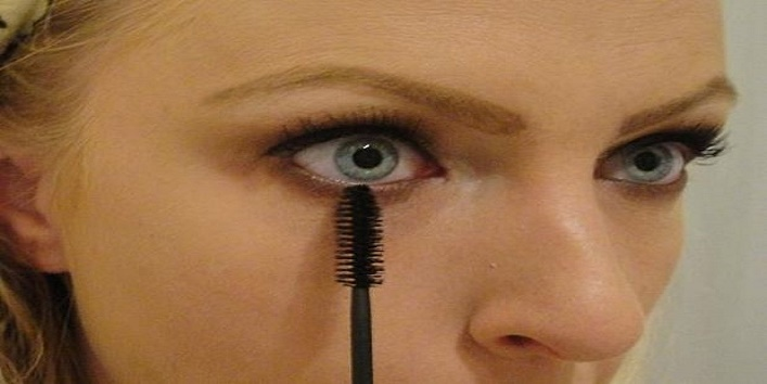 using-mascara-wand4