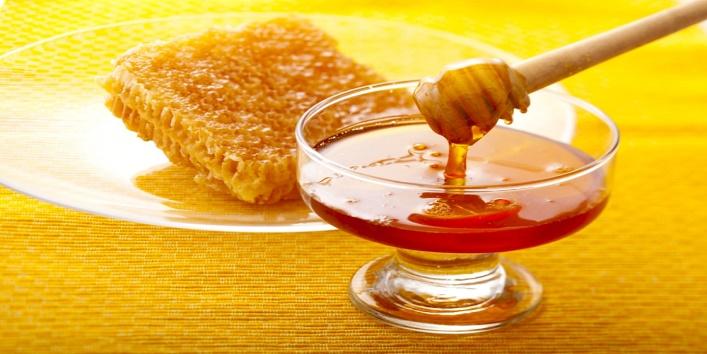 Honey-for-softening-rough-lips