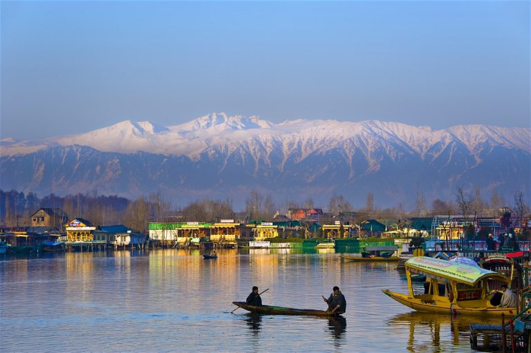 Kashmir-shikara-ride-Kesari-Tours