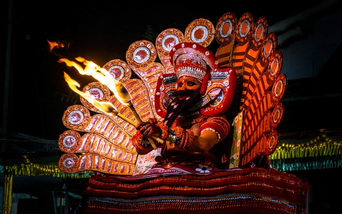 theyyam-dance-at-malom-kesari-tours