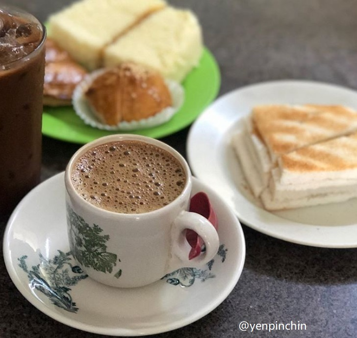 Having breakfast with Ipoh White Coffee in Ipoh Tour