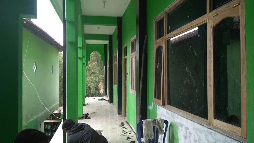 proses finishing pembangunan asrama dan kelas lantai 2