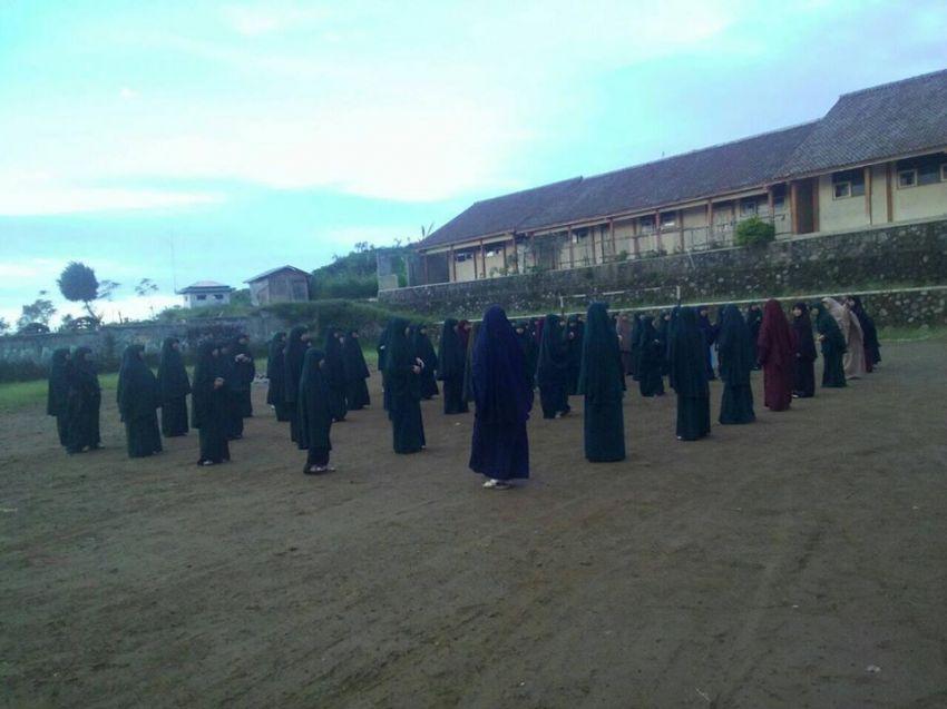 Kegiatan outbond santri putri PPTQ Luqman Al Hakim Magelang